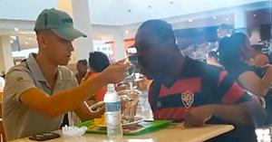 Un angajat de la fast-food îşi face timp pentru a hrăni un bărbat cu dizabilităţi într-o filmare care e devenit virală
