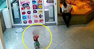 Bărbatul observă un copil singur într-un magazin. Îşi dă seama de pericol şi acţionează imediat