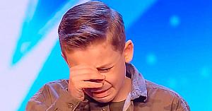 Un băieţel cu autism surprinde publicul cu o piesă a lui Michael Jackson. Apoi juriul îi spune câteva cuvinte care îl fac să izbucnească în lacrimi