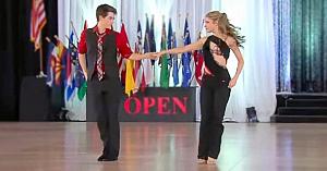 Un tânăr de 15 ani îşi invită partenera la dans. Reprezentaţia lor e aclamată la scenă deschisă