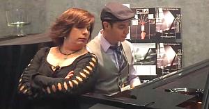 La început îl priveşte pe tânărul de lângă ea când începe să cânte la pian. Apoi i se alătură pentru o reprezentaţie de vis
