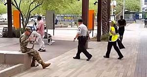 Soldatul citea liniştit ziarul, până când o persoană îmbrăcată în galben trece pe lângă el şi nu-i vine să-şi creadă ochilor