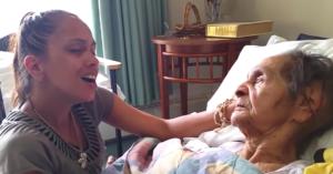 Nepoata îi cântă o melodie de suflet bunicii sale care suferă de demenţă. Doar urmăriţi reacţia bătrânei