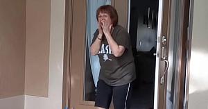 Bunica aude soneria şi în momentul în care priveşte în exterior nu se poate opri din ţipat