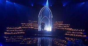 Concurentul se pregăteşte să interpreteze o melodie de notorietate. Reprezentaţia lui este aclamată la scenă deschisă