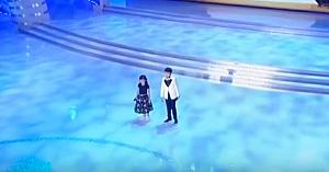 Doi copii păşesc încrezători pe scenă pentru a interpreta o melodie ce nu conteneşte să emoţioneze milioane de oameni