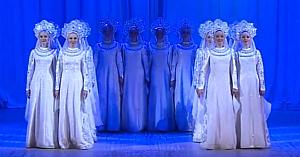 """Îmbrăcate ca nişte îngeri, dansatoarele se mişcă la unison - dar priviţi-le fermecând publicul atunci când parcă """"plutesc"""""""