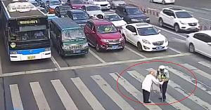 Şoferii privesc cu neîncredere momentul în care poliţistul abordează un vârstnic blocat pe zebră şi ia o decizie neaşteptată