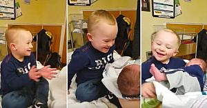 Băiatul cu Sindrom Down îşi întâlneşte pentru prima dată fratele nou-născut. Reacţia lui e absolut minunată