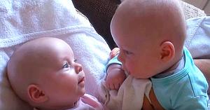 Gemenii se uită cu atenţie unul la altul, apoi copilul în roz are o reacţie care topeşte inimile tuturor