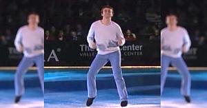 Un patinator chipeş intră pe gheaţă pentru a interpreta un dans pe o melodie care a făcut furori la vremea ei