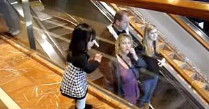 O fetiţă adorabilă le face cu mâna străinilor aflaţi pe scara rulantă, dar modul în care îi răspund îl surprinde chiar şi pe tatăl ei
