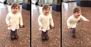 """Această fetiţă credea că merge la aeroport pentru a vedea avioanele, până când mama îi face un semn şi spune """"Priveşte acolo!"""""""