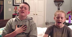 Fratele şi sora încep să cânte, apoi un dansator neaşteptat apare în fundal şi fură toate privirile