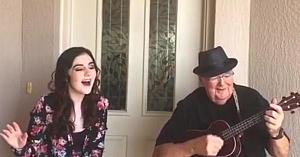 O tânără de 18 ani se alătură bunicului ei doar pentru a le oferi tuturor un duet de mare clasă. Impresionant!
