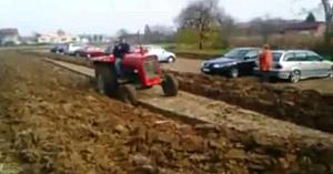 Acest fermier din Croaţia se săturase de şoferii care parcau pe terenul său. Priviţi răzbunarea care i-a făcut pe toţi să zâmbească