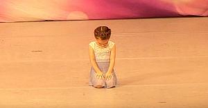 O fetiţă de 4 ani se pregăteşte să danseze, dar când îşi ridică privirea - topeşte inimile tuturor
