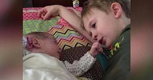 Fratele mai mare fredonează un cântec de leagăn surioarei lui născută prematur şi lacrimile din ochii lui spun totul
