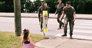 Mama a crezut că fetiţa de 2 ani nu-şi va aminti de tatăl militar, apoi surprinde pe cameră o revedere copleşitoare