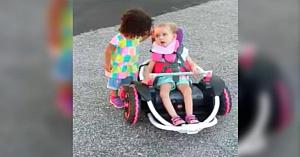 S-a apropiat de o fetiţă ţintuită în scaunul cu rotile. Următoarea ei mişcare a fost imposibil de ignorat de către mamă