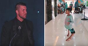 """Fotbalistul Tim Tebow vede un băiat cu picioarele """"ca un flamingo"""" şi imediat decide că nu poate rămâne indiferent"""