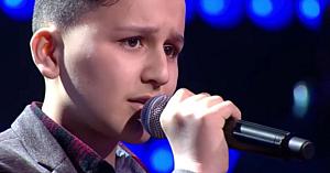"""Un băieţel refugiat cântă """"My Heart Will Go On"""" şi ridică sala în picioare cu vocea lui incredibilă"""
