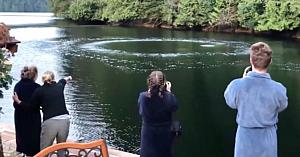Spectatorii văd un cerc de bule ieşind din apă - Milioane de oameni au fost fascinaţi de următorul moment