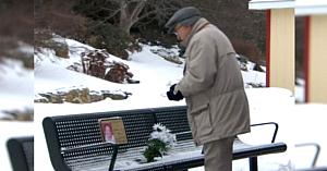 Bărbatul aducea flori soţiei sale decedate, când descoperă un gest al străinilor care îl lasă fără cuvinte