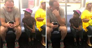 Bărbatul remarcă băieţelul privind insistent spre ecranul telefonului, apoi face un gest fără să ştie că cineva îi filma pe ascuns