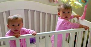 Este ştiut că gemenii au o legătură specială, dar ce se întâmplă câteva clipe mai târziu o surprinde chiar şi pe mama
