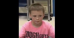 Un băieţel de 9 ani era hărţuit pentru că purta roz la şcoală. A doua zi îl vede pe profesor şi nu-i vine să-şi creadă ochilor