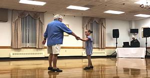 Nepoata îşi ia bunicul de mână şi îşi face intrarea pe ring. Ceea ce urmează îi lasă pe toţi fără cuvinte