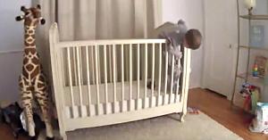 Băieţelul de doi ani este pe cale să cadă din pătuţ, dar priviţi ce surprinde camera de supraveghere în ultima clipă