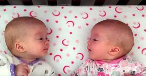 """Două surori identice se privesc în ochi pentru prima dată, apoi au o """"conversaţie"""" adorabilă"""