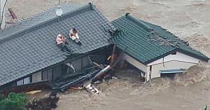 Acest cuplu refuză sărenunţe la câinii familiei în timpul inundaţiilor - riscându-şi propriile vieţi