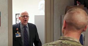 Fiul soldat îşi vizitează inopinat tatăl la muncă. Reacţia surprinzătoare a bătrânului topeşte inimile tuturor
