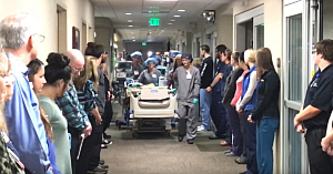 Angajaţii spitalului îi aduc un omagiu copleşitor donatorului de organe ce urmează să fie deconectat de la aparate