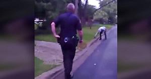 Poliţiştii surprind un tânăr încercând să resusciteze un animal lovit de maşină. Reacţia lor e minunată