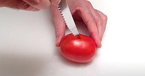 Taie o roşie în câteva secunde şi creează un aranjament culinar fabulos... Merită încercat!
